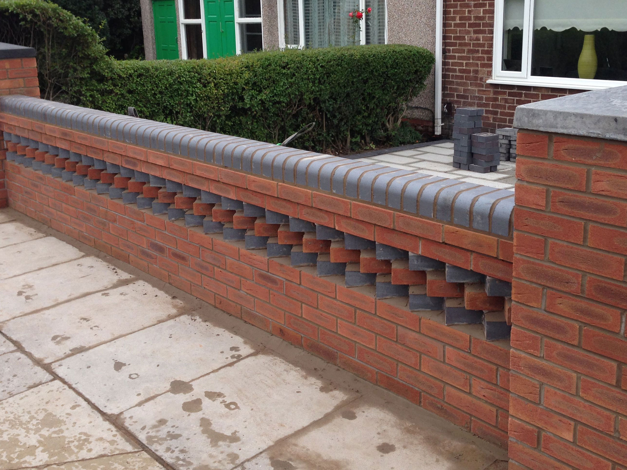 Garden wall aintree with 39 dog toothing 39 feature ljp builders for Designs for brick garden walls